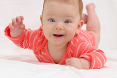 Urocza śliczna mała dziewczynka z dużymi niebieskimi oczami i szeroki uśmiech bawić się Obrazy Stock
