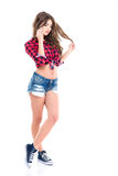 Urocza ładna młodej kobiety pozycja i opowiadać na telefonie komórkowym Zdjęcia Royalty Free