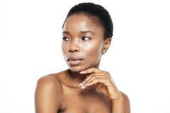 Urocza afro amerykańska kobieta patrzeje daleko od Zdjęcie Stock