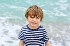 Urocza aktywna małe dziecko chłopiec ma zabawę na Miami plaży, Kluczowy Biscayne Szczęśliwy śliczny dziecko relaksuje, bawić się  zdjęcie stock