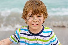 Urocza aktywna małe dziecko chłopiec ma zabawę na Miami plaży, Kluczowy Biscayne Szczęśliwy śliczny dziecko relaksuje, bawić się  fotografia royalty free