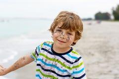 Urocza aktywna małe dziecko chłopiec ma zabawę na Miami plaży, Kluczowy Biscayne Szczęśliwy śliczny dziecko relaksuje, bawić się  obraz stock
