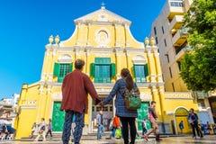 Urocza Azjatycka pary pozycja przed St Dominic ` s kościół Zdjęcie Royalty Free