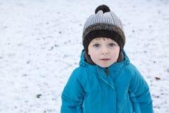 Urocza berbeć chłopiec na pięknym zima dniu Zdjęcie Stock