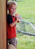 Urocza berbeć chłopiec pije od bidonu Zdjęcie Royalty Free