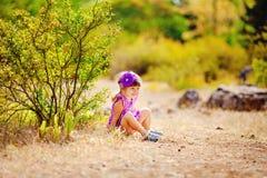 Urocza berbeć dziewczyna bawić się outdoors w zielonym lato parku Zdjęcia Royalty Free