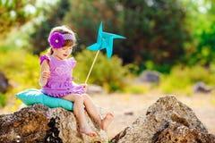 Urocza berbeć dziewczyna bawić się outdoors w zielonym lato parku Zdjęcie Royalty Free