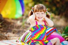 Urocza berbeć dziewczyna bawić się outdoors w zielonym lato parku Fotografia Royalty Free
