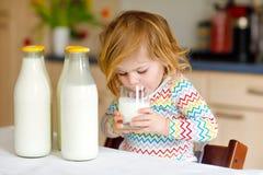 Urocza berbe? dziewczyna pije krowy mleko dla ?niadaniowej ?licznej dziecko c?rki z udzia?ami butelki Zdrowy dziecko ma obraz royalty free