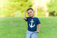 Urocza chłopiec bawić się outdoors i biega w parku zdjęcia stock