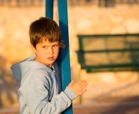 Urocza chłopiec bawić się w boisku Zdjęcia Royalty Free