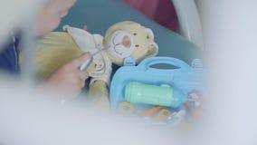 Urocza chłopiec bawić się z medycznymi narzędziami siedzi w krześle w dentysty biurze Beztroski dziecka odwiedzać zbiory wideo