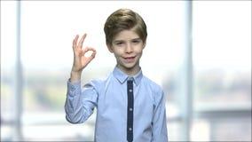 Urocza chłopiec daje ok znakowi zdjęcie wideo