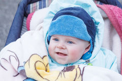Urocza chłopiec plenerowa w ciepłej zimie odziewa Fotografia Stock