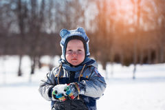 Urocza chłopiec przy zmierzchem na pięknym zima dniu Obraz Stock