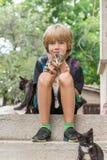 Urocza chłopiec trzyma figlarki obraz royalty free