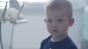 Urocza chłopiec w dentystów biurowych bawić się trzyma medycznych narzędziach Beztroski dziecko odwiedza lekarkę stomatologiczny zbiory wideo