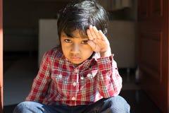 Urocza chłopiec w sprawdzać koszulowego rozochoconego dziecka dzieciaka szczęśliwym uczniu Zdjęcia Royalty Free