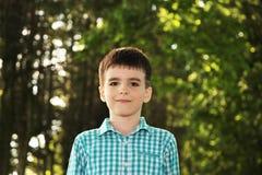 Urocza chłopiec w zielonym parku Obraz Stock