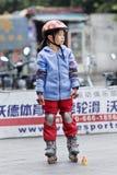 Urocza Chińska dziewczyna ćwiczy inline łyżwiarstwo, Guangzhou, Chiny Zdjęcia Royalty Free