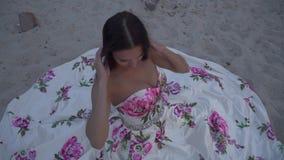 Urocza dama w długiej wieczór sukni zdjęcie wideo