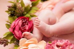 Urocza dziecięca stopa z kwiatami obraz stock