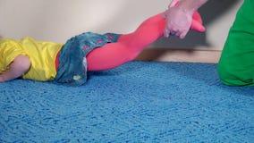 Urocza dziecko dziewczyna i jej ojca tata bawić się na dywanowej podłoga w domu zbiory wideo