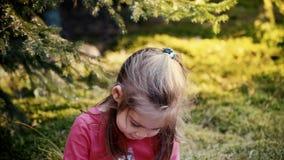 Urocza dziewczyna bawić się w lesie zbiory wideo