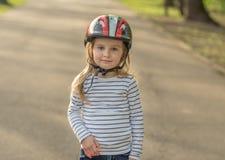 Urocza dziewczyna jest ubranym hełm dla aktywnego sporta Obrazy Stock