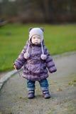 Urocza dziewczyna ma zabawę na wczesnej wiośnie Fotografia Stock