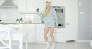 Urocza dziewczyna tanczy w domu zdjęcie wideo