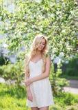 Urocza dziewczyna w biel sukni w lecie Zdjęcie Royalty Free