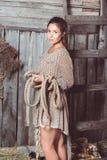 Urocza dziewczyna w skromnej sukni z długą stałą kawałek arkaną zdjęcia royalty free