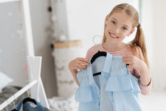 Urocza dziewczyna wybiera jej strój Fotografia Stock