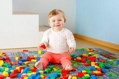 Urocza dziewczynka bawi? si? z edukacyjnymi zabawkami Szcz??liwy zdrowy dziecko ma zabaw? z kolorowymi r??nymi drewnianymi blokam obrazy royalty free