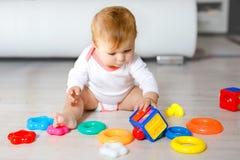 Urocza dziewczynka bawi? si? z edukacyjnymi zabawkami w pepinierze Szcz??liwy zdrowy dziecko ma zabaw? z kolorowymi r??nymi zabaw obrazy royalty free