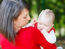 Urocza dziewczynka i jej matka Zdjęcie Royalty Free
