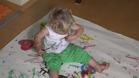 Urocza dziewczynka z kolorowym szczotkarskim obrazem na ona odzieżowa zbiory