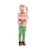 Urocza dziewczyny przytulenia zabawka, odosobniona na białym tle Fotografia Royalty Free