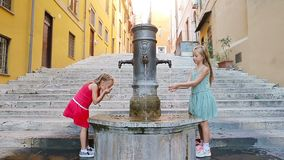 Urocza dziewczyny woda pitna od ulicznej fontanny przy gorącym letnim dniem w Rzym, Włochy zbiory wideo