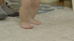 Urocza jeden roczniak chłopiec robi jej pierwszym krokom salowi zbiory wideo