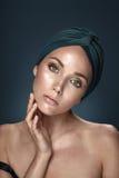 Urocza kobieta jest ubranym chustka na głowę Fotografia Stock