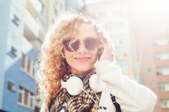 Urocza kobieta opowiada na telefonie w ulicie Obrazy Stock