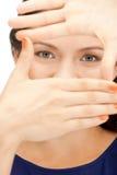 Urocza kobieta tworzy ramę z palcami Obrazy Stock