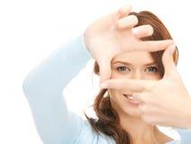 Urocza kobieta tworzy ramę z palcami Zdjęcia Stock