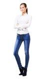 Urocza kobieta w białych niebieskich dżinsach i koszula Obrazy Royalty Free