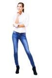 Urocza kobieta w białych niebieskich dżinsach i koszula Fotografia Stock