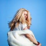 Urocza kobieta w futerkowej kamizelce na tle niebieskie niebo Obraz Stock