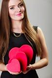 Urocza kobieta z czerwonym sercem kształtował prezentów pudełka Obrazy Stock