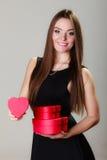 Urocza kobieta z czerwonym sercem kształtował prezentów pudełka Zdjęcie Royalty Free